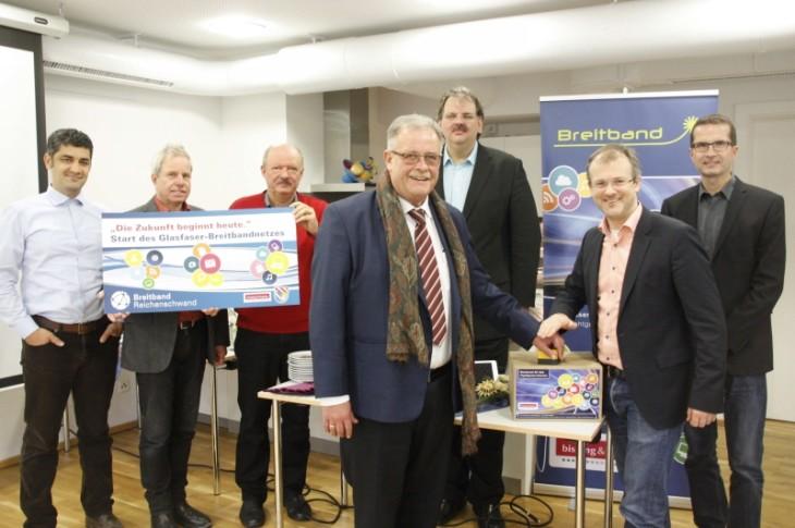Bürgermeister Bruno Schmidt (Vierter v. rechts) gibt den Startschuss für den Selbstausbau des Breitbandnetzes. Foto: A. Pitsch