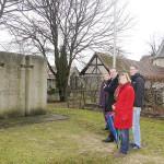 Das Ehrenmal auf dem kirchlichen Friedhof in Altdorf gehört der Stadt, steht aber auf kirchlichem Grund. Darüber gibt es einen Vertrag, der nun um fünf Jahre verlängert wird. In dieser Zeit soll sich eine gemischte Gruppe aus städtischen und kirchlichen Vertretern Gedanken über eine eventuelle Umgestaltung machen.