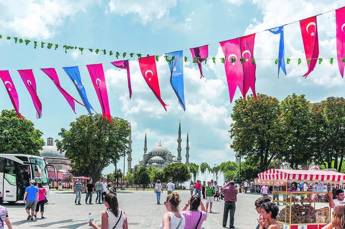 """Hier tummeln sich die Istanbul-Touristen noch auf dem Platz zwischen """"Blauer Moschee"""" (im Hintergrund) und Hagia Sophia. Nachdem ein Selbstmordattentät er dort am Dienstag zehn deutsche Urlauber getötet hat, ist die Nachfrage nach Reisen an den Bosporus auch im Landkreis gesunken."""