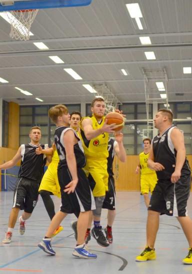 Einer der Garanten des Erfolgs der Laufer Bezirksliga-Basketballherren: Andrew Cummings (am Ball). Foto: P. Kiriakidou