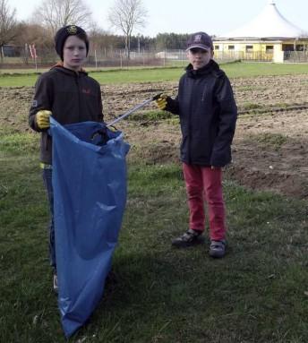 Ausgerüstet mit Greifer, großen Müllsäcken und Handschuhen machten sich die großen und kleinen Umweltschützer ans Werk.