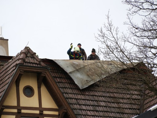 Das THW reparierte in der Urlasstraße ein Dach.