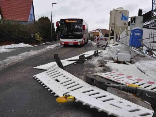 Am Erbsenboden in Lauf musste ein Stadtbusfahrer selbst Hand anlegen, um die Straße von einem umgestürzten Baustellenzaun freizuräumen.