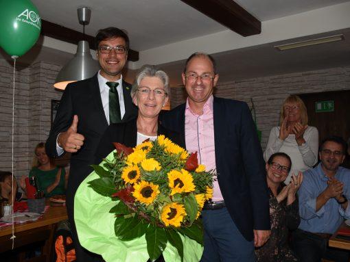 Die Grünen freuen sich über das Abschneiden ihrer Partei: In der Mitte Direktkandidatin Gabriele Drechsler, links Philipp Kredel-Bengl vom Kreisvorstand Nürnberger Land, rechts Laufs Bürgermeister Benedikt Bisping.
