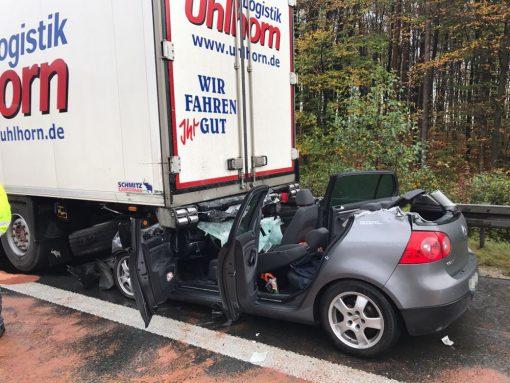 Bei dem Unfall schob sich der VW Golf mit seiner Front unter das Heck des Lastwagens.