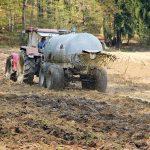 Nicht jeder Landwirt, der Gülle oder Mineraldünger ausbringt, schädigt damit die Umwelt. Auf die Menge kommt es an: Laut Umweltbundesamt liegt der Stickstoffüberschuss bei rund 100 Kilo pro Hektar und Jahr.