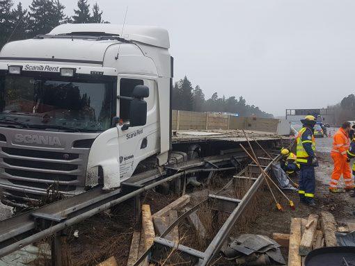 Wegen eines Reifendefekts geriet der Lastwagen ins Schleudern und durchbrach die Mittelleitplanke.