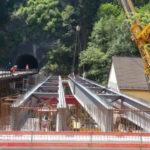 Das Bild zeigt die parallel zum bisherigen Provisorium aufgelegten Brückensegmente – links hinten der 185 Meter lange Sonnenburg-Tunnel.